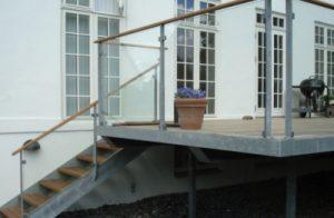 Lækker terrasse med trappe ned til haven